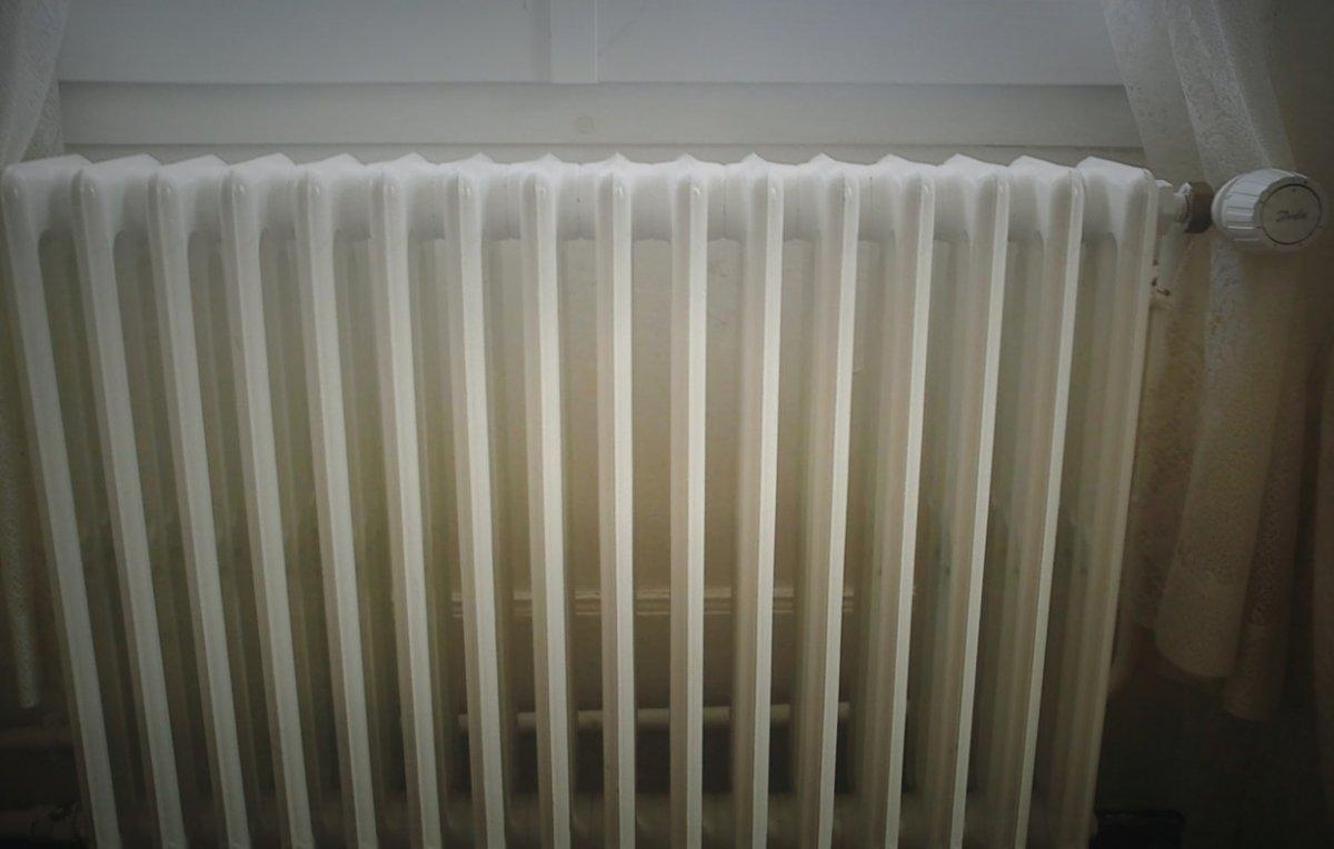 Ve y toca a los radiadores para ver si ya están calientes.