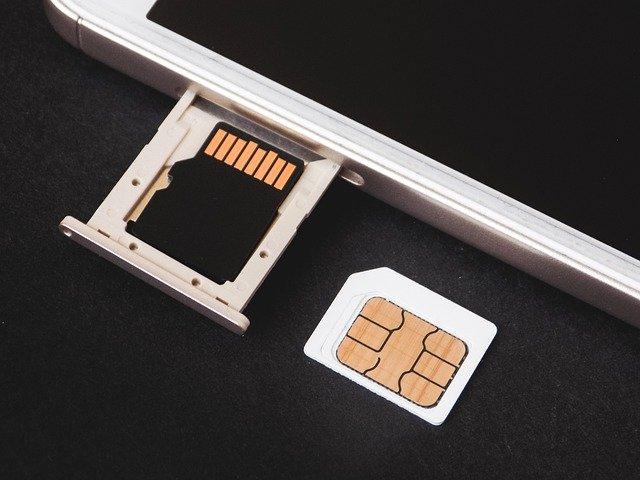 Vista de tarjeta SD, tarjeta SIM y slot en un teléfono móvil